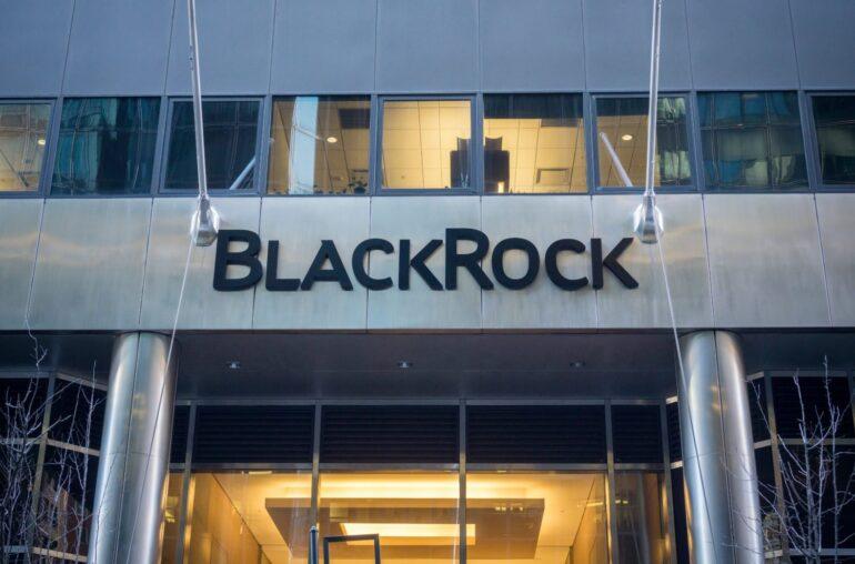Las presentaciones de BlackRock sugieren que el gigante de la gestión de activos podría comprar futuros de bitcoin a través de ciertos fondos